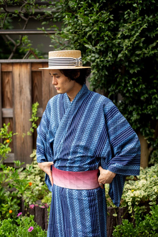浴衣にカンカン帽をかぶった男性