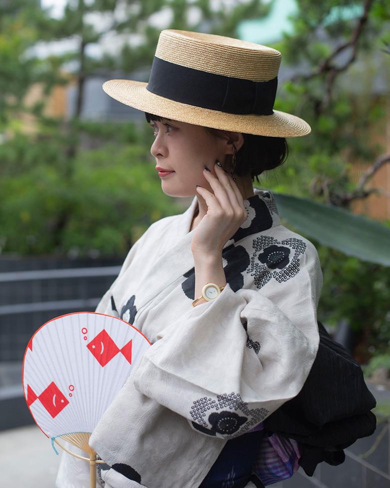 浴衣とカンカン帽の女性
